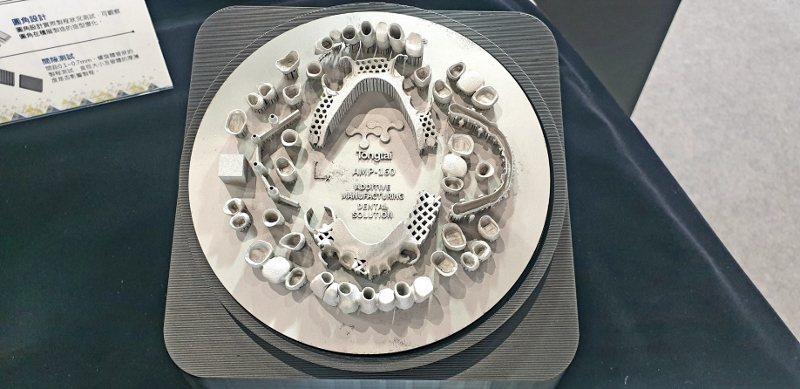 運用金屬3D列印設備,可印出精細的牙材。 徐谷楨/攝影