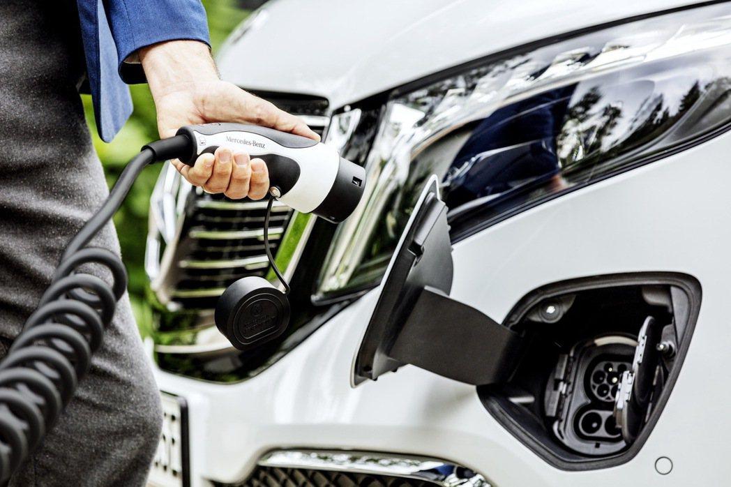 Mercedes-Benz EQV可使用快速充電系統補充電量。 摘自Merced...