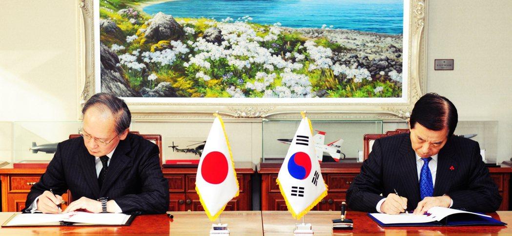 圖為日韓雙方在2016年11月23日簽訂《軍事情報保護協定》GSOMIA,是日韓...