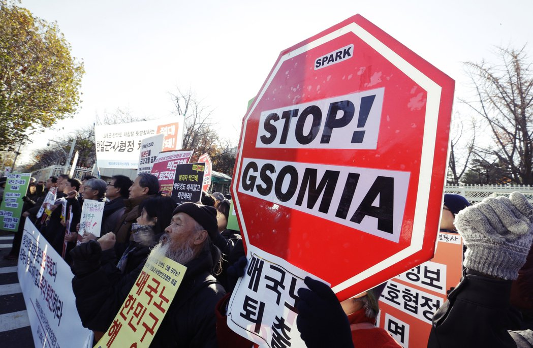 圖為2016年簽訂GSOMIA時南韓的抗議民眾。當時引起南韓國內輿論的激烈爭議,...