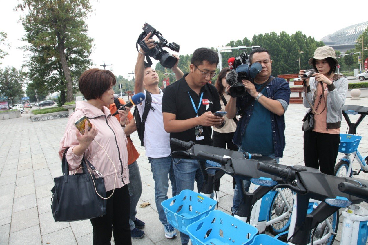 哈囉助力車車籃為藍色塑膠筐,並貼心地設置了小車燈。圖/魯網提供