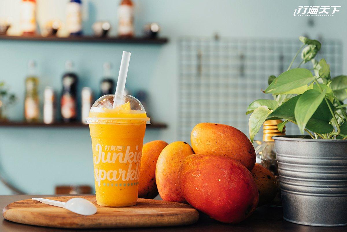 「小芒芒人海」是用厲害調理機打出來的芒果百香果冰沙,口感超細緻!