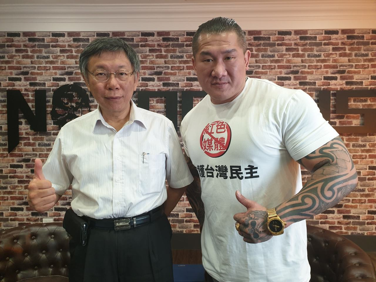 館長陳之漢(右)將在28日晚間合體台北市長柯文哲(左)直播。圖/取自館長臉書