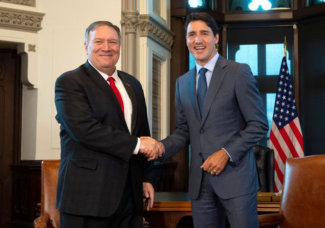 美國國務卿龐培歐(左)22日會晤加拿大總理杜魯多(右),否認華為財務長孟晚舟是美...