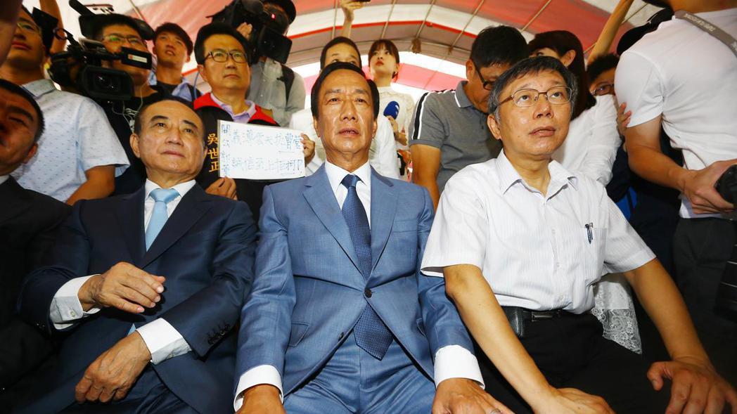 鴻海創辦人郭台銘、台北市長柯文哲、立法院前院長王金平上午一同出席台北市政府舉辦的...
