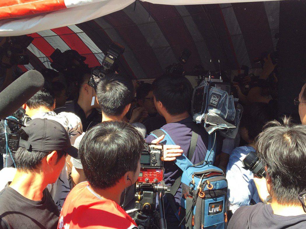 「郭柯王」上午在八二三砲戰紀念活動首度合體,大批媒體蜂擁而上,現場差點失控。記者...