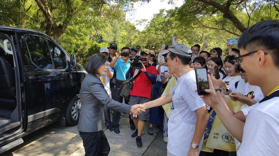 蔡英文總統和前總統馬英九今天在金門巧遇。取自馬英九臉書