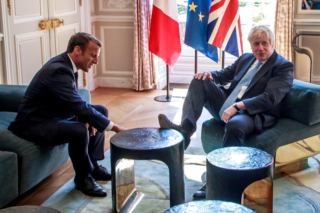 英國首相強生22日訪問法國,與總統馬克宏討論脫歐大事,卻因為一張「翹腳照」挨批。...