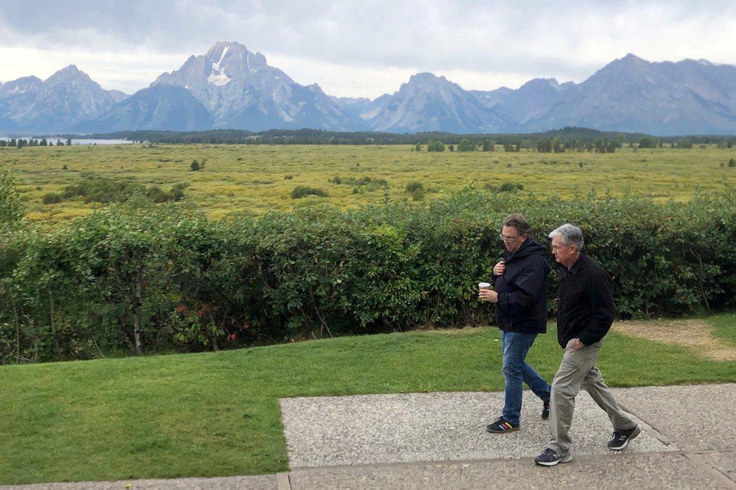 去年傑克森洞央行年會檔案照片。聯準會主席鮑爾(右)與紐約聯準銀行總裁John W...