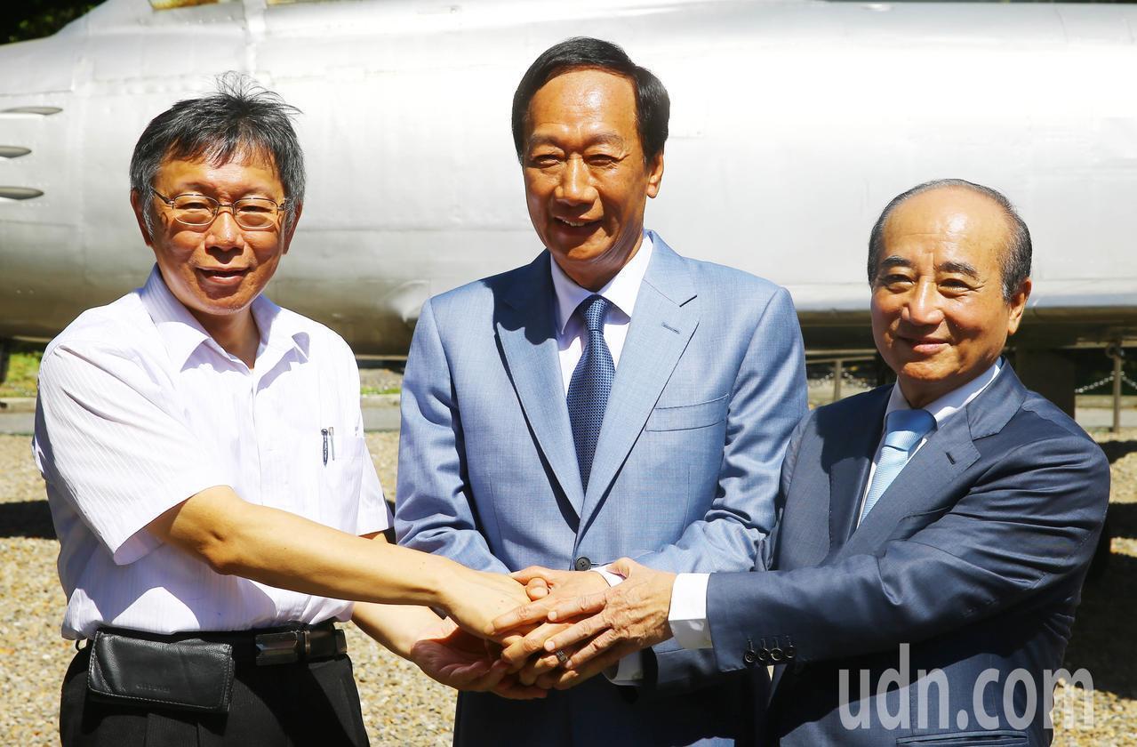 鴻海創辦人郭台銘(中)、台北市長柯文哲(左)、立法院前院長王金平(右)今天上午一...