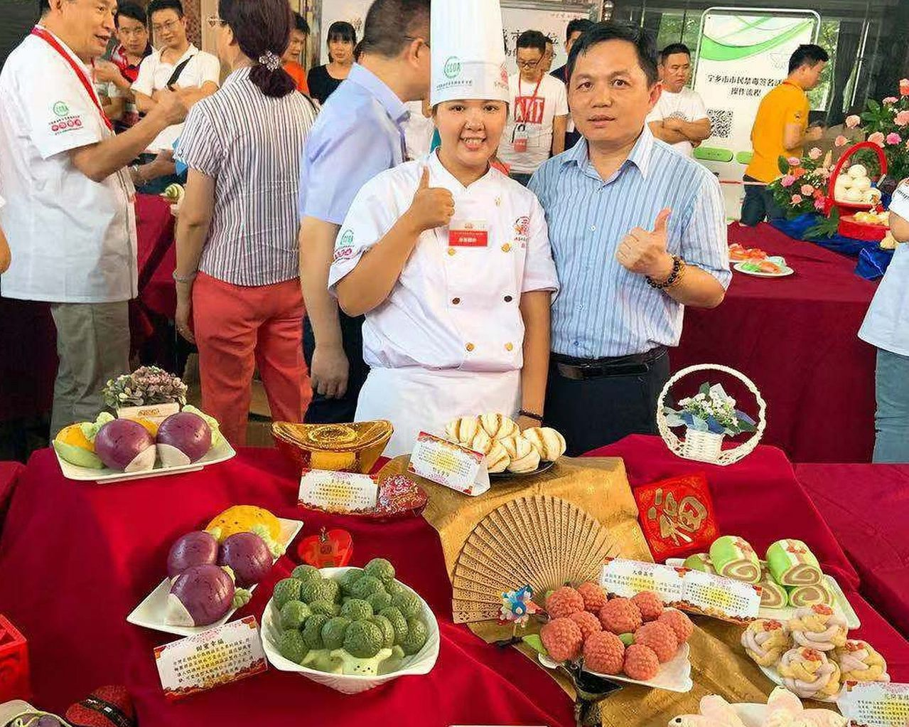 張意偵(前排左)與南投古記糕餅店另名選手古仁政組隊發揮麵食創意,在「安琪盃」中華...