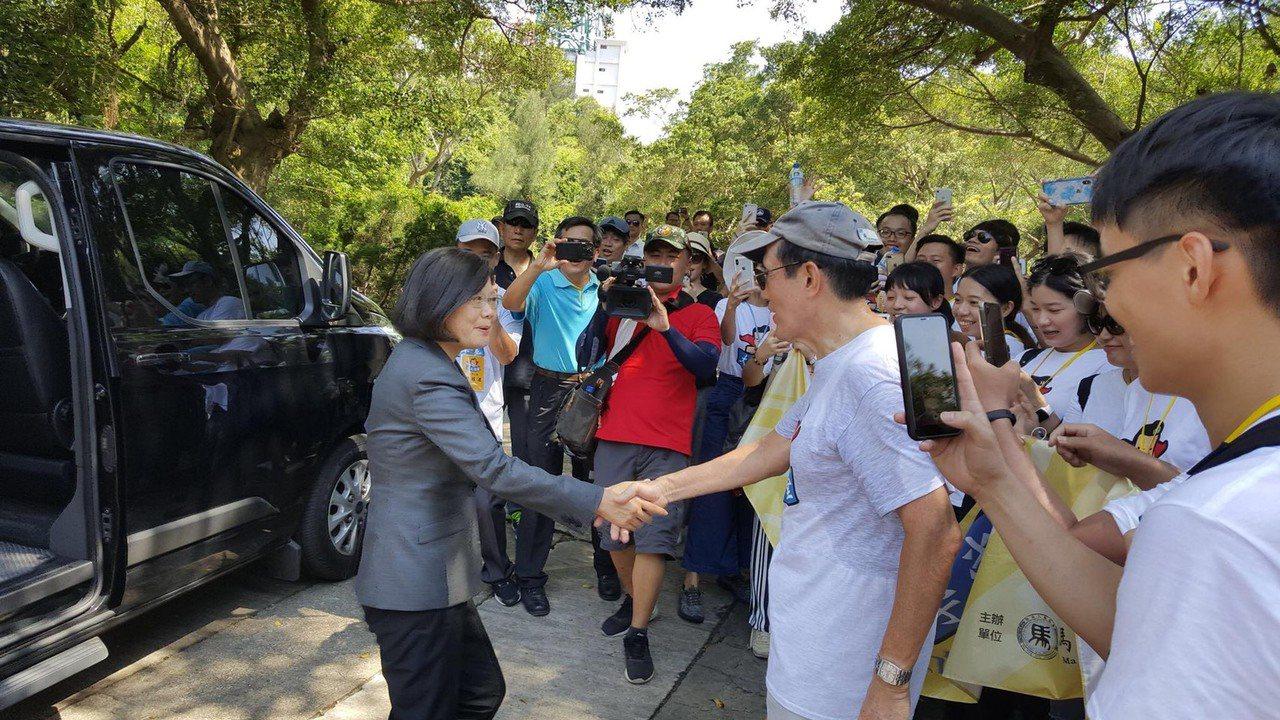 823戰役61週年活動在太武山公墓舉行,意外上演「雙英會」,總統蔡英文與前總統馬...
