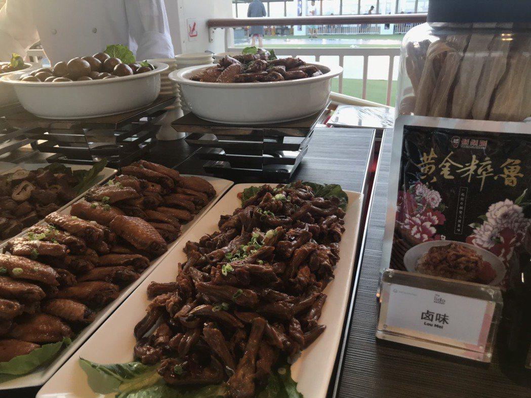 台灣滷肉飯代表品牌鬍鬚張也登船飄香。(攝影/嚴雅芳)