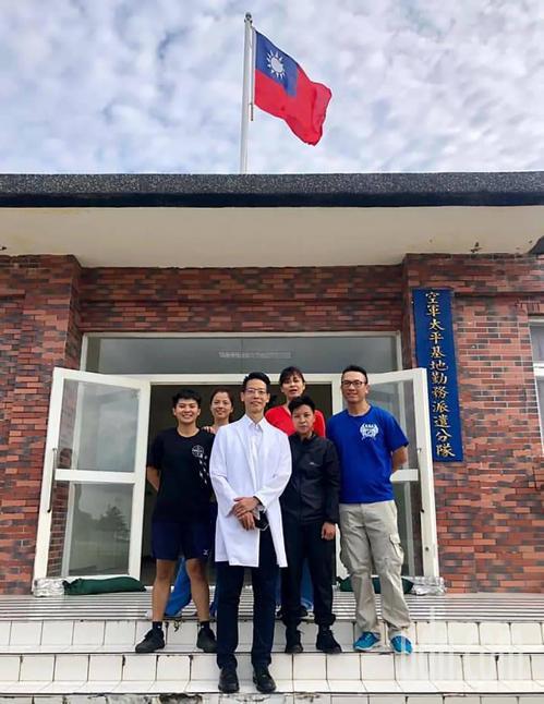 國軍高雄總醫院派駐資深外科醫師為島上官兵提供24小時全天候的醫療及預防保健服務。...