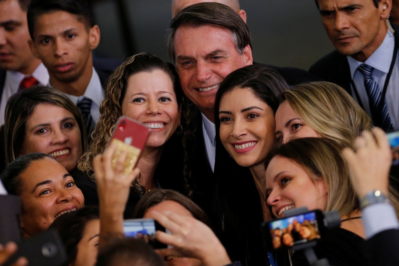 《BBC》評論指出,巴西總統波索納洛(中)護航亞馬遜雨林開墾政策,屢出狂言或許會...