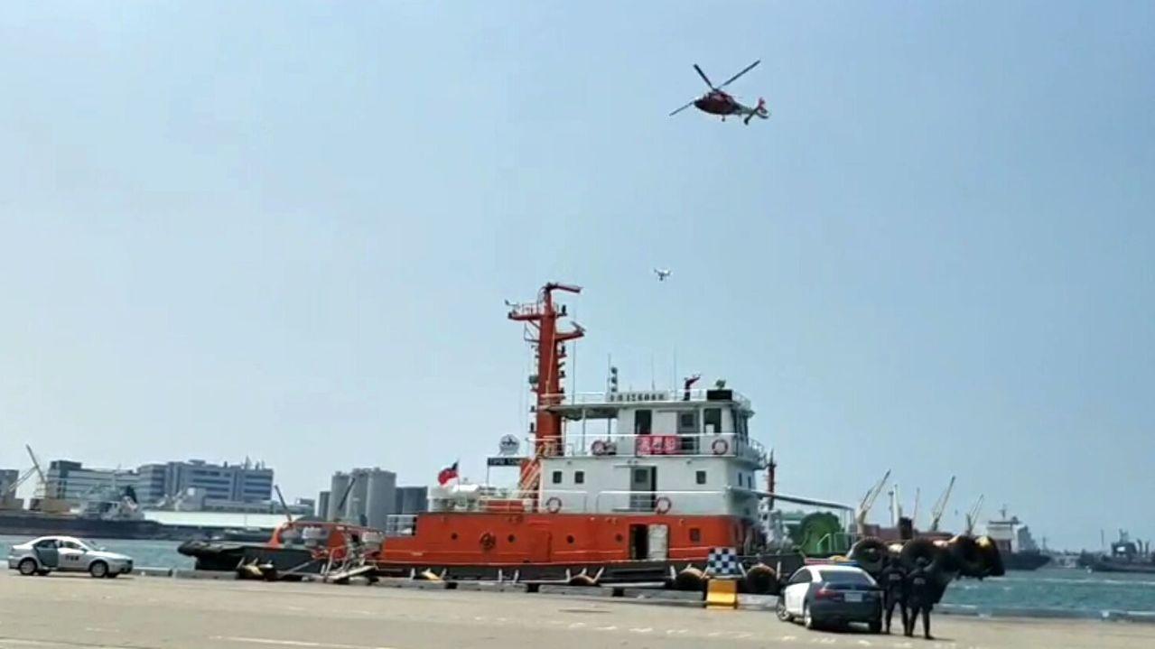 高雄港安演習今天模擬警方自陸、海、空發動拯救人質行動。圖/高雄港務警察局提供