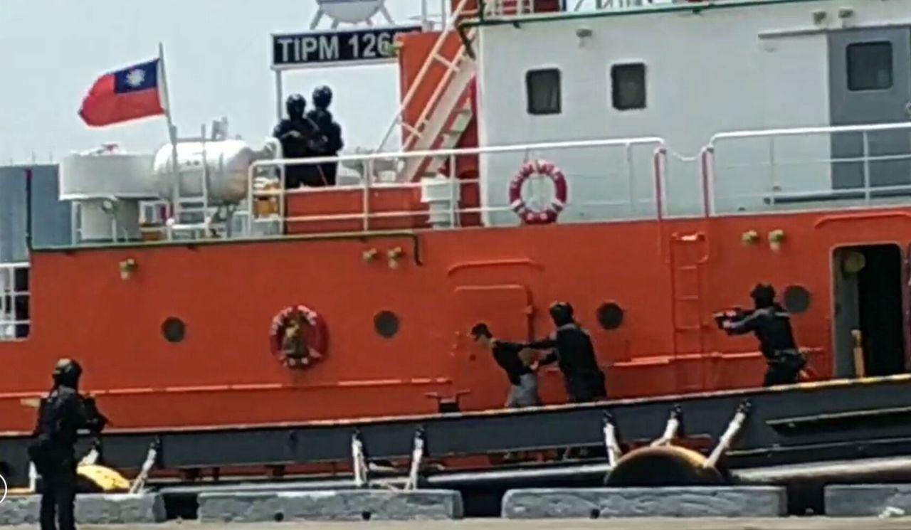 高雄港安演習模擬警方維安人員登船圍捕挾持人質的歹徒。圖/高雄港務警察局提供