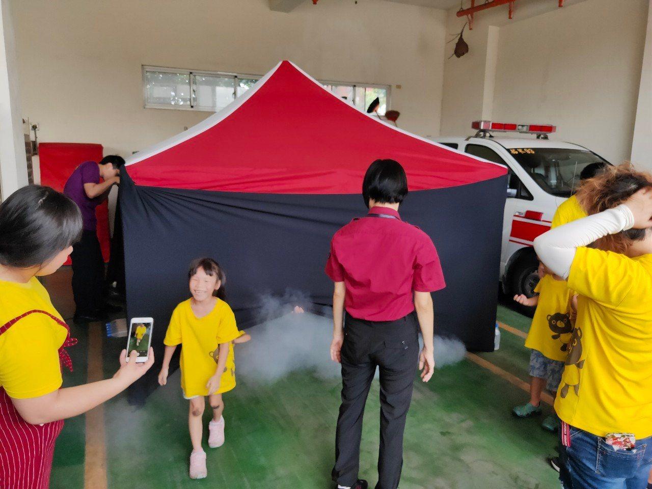 幼稚園年紀的小朋友首次參訪消訪隊笑料百出,小朋友從濃煙出來還演著嗆傷,老師和消防...