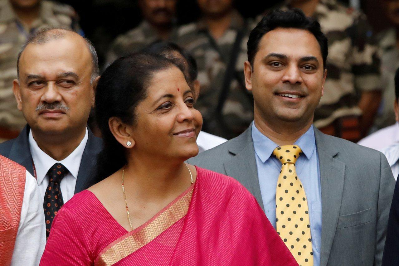 印度財長Nirmala Sitharaman(中,著紅衣者)宣布的超級富人稅,意...