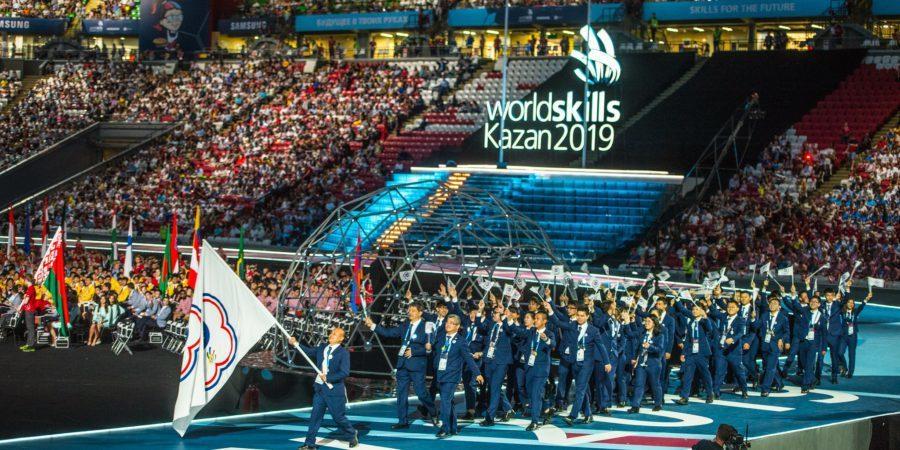 技職奧運台灣時間8月23日凌晨0時在俄羅斯開幕,中華隊選手揮舞會旗、穿著整齊深藍...