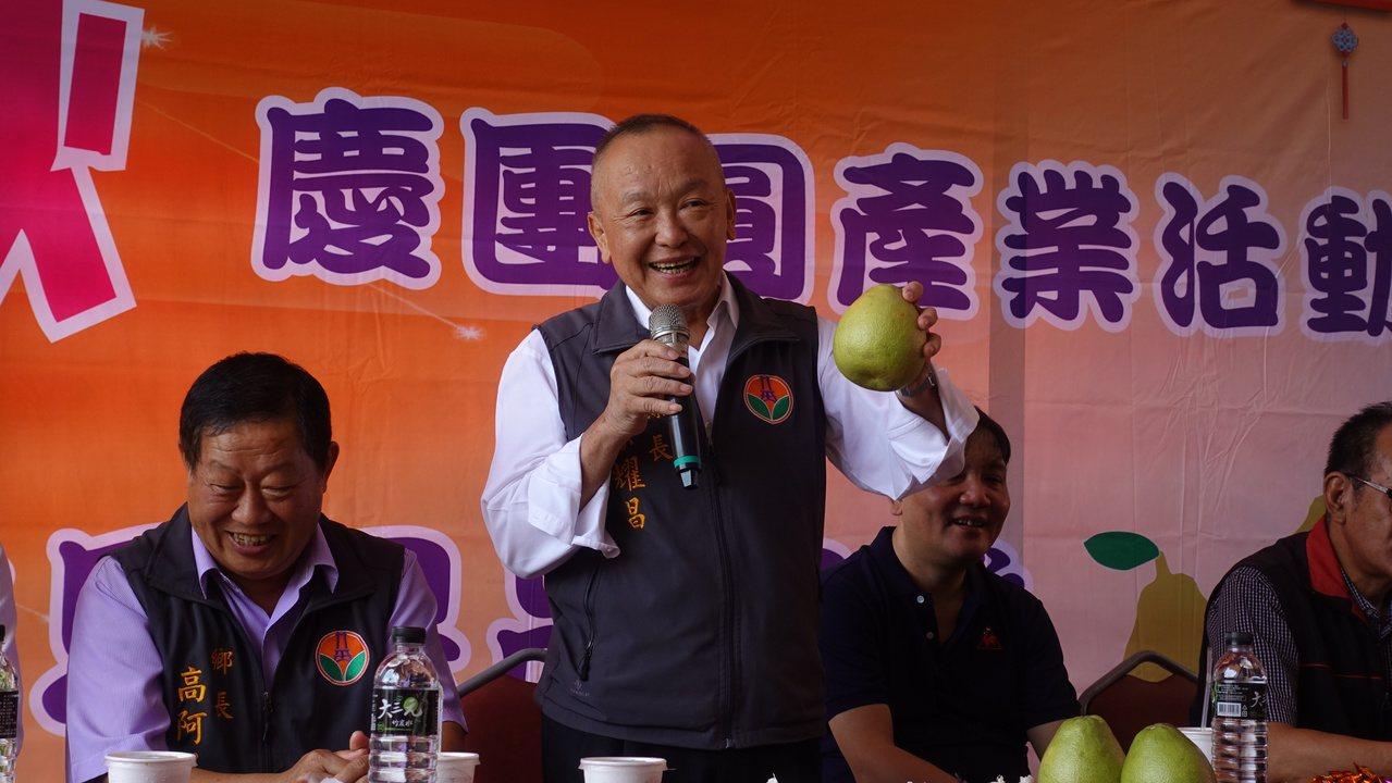 苗栗縣長徐耀昌在宣判前,上午仍跑行程,到西湖鄉推廣今年中秋柚子。記者劉星君/攝影