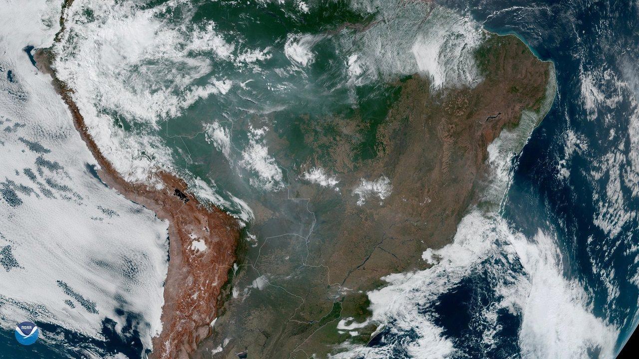 静止環境觀測衛星GOES-16於21日拍下亞馬遜雨林野火危機的影像。巴西國家太空...