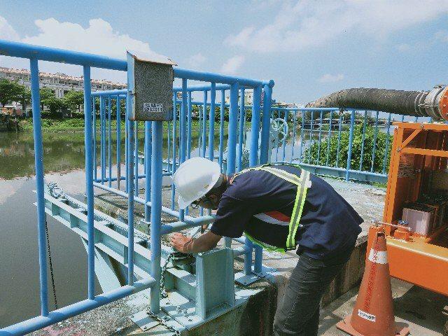 台南市水利局巡視水門抽水站。圖/水利局提供
