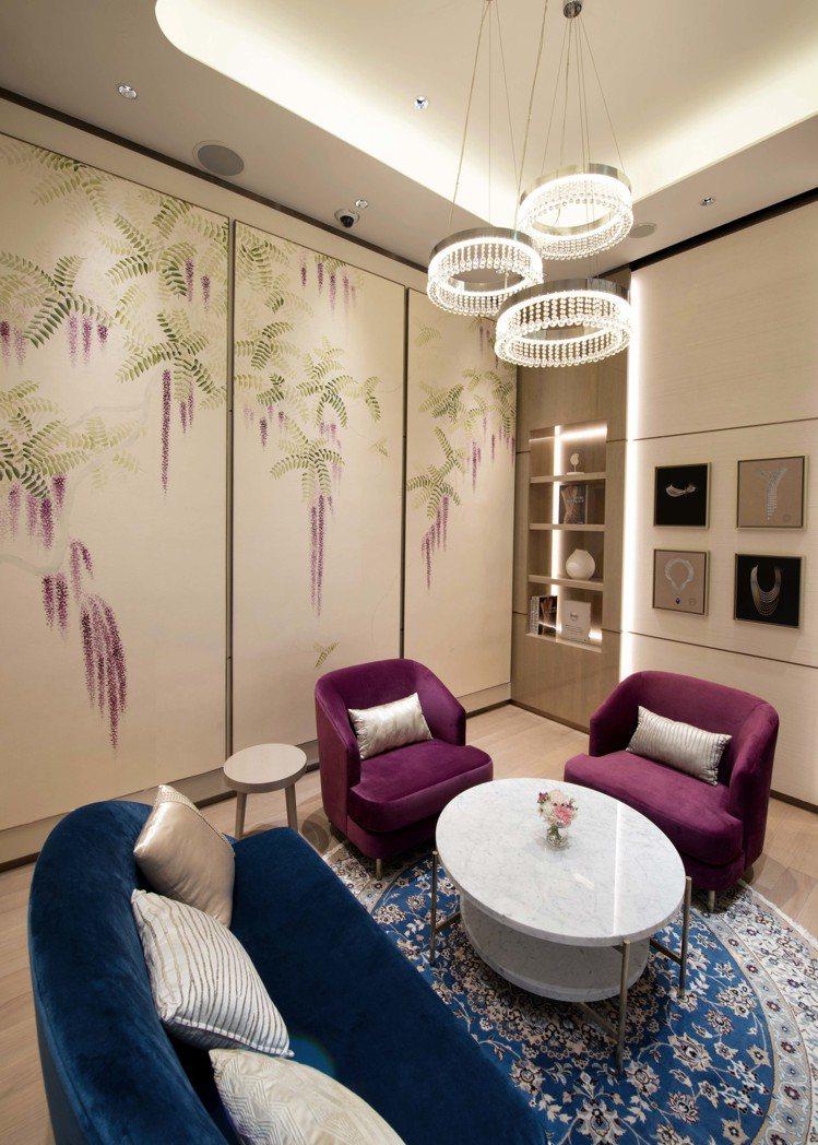 VIP室牆面採用來自歐洲純手工繪製壁紙,清麗典雅的紫藤花,展現浪漫醉人的日式風情...