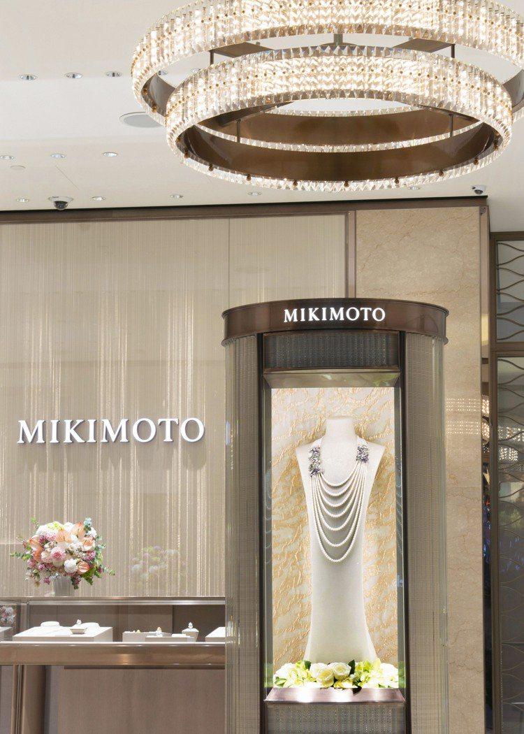 入口的主視覺展示櫃,以京都西陣織的和服布料做底板,金色的花紋宛如陽光灑在海邊、打...
