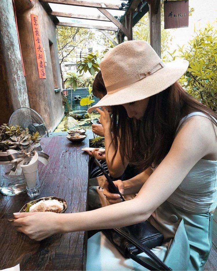 「白水豆花」木質座位很有質感。IG @moomoomoon_提供