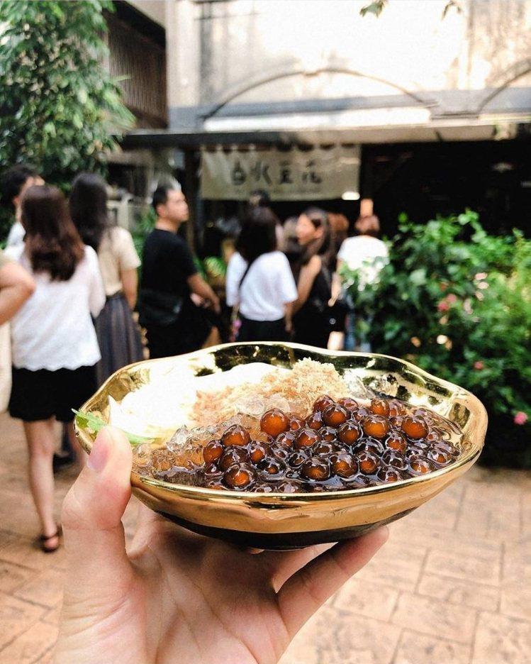 台北永康街的「白水豆花」吸引許多人潮。IG @polonas提供