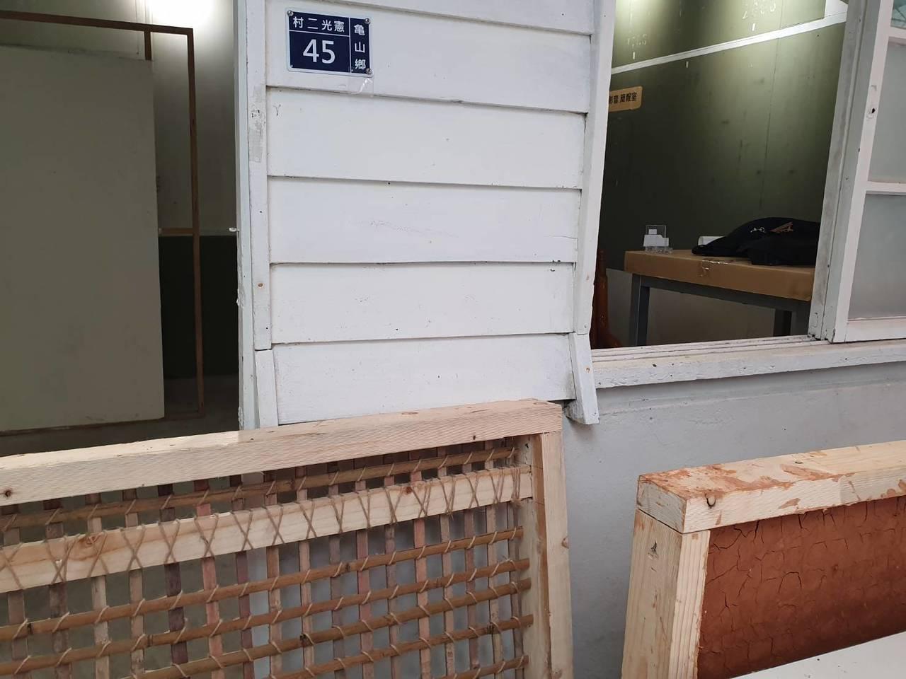 憲光二村暑期工作生活營,讓大學生實作「編竹夾泥牆」,深入了解眷村的傳統建築工法。...