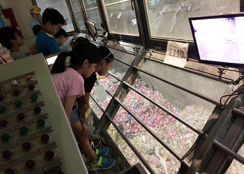 國小學童參加八里垃圾焚化廠專業導覽,了解垃圾處理流程。圖/教育部提供