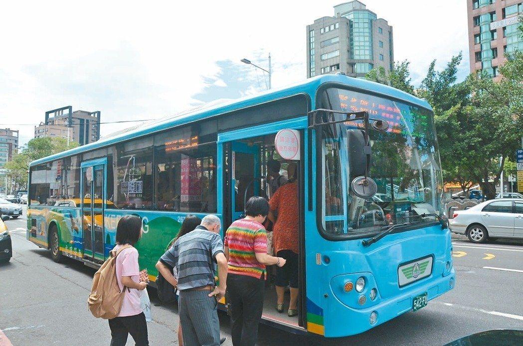基隆市公車明年將比照雙北,上下車都刷卡改善虧損。圖/報系資料照