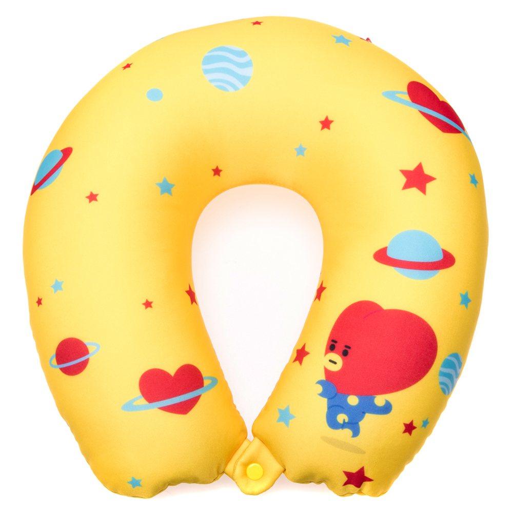 BT21翻轉頸枕,可翻轉為頸枕及玩偶,共8款、每款售價599元。圖/HOLA提供