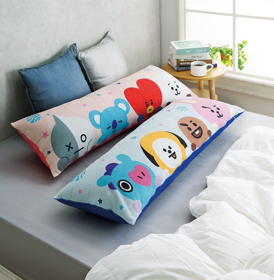 BT21長型抱枕,共有粉、藍兩色,每款售價799元。圖/HOLA提供