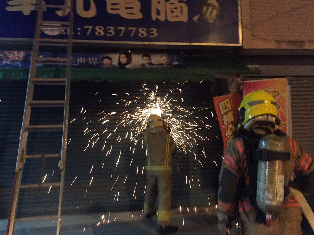台南市學甲區一家電腦行凌晨發生火警,屋主一家3人受困二樓,消防人員破門及時救出。...