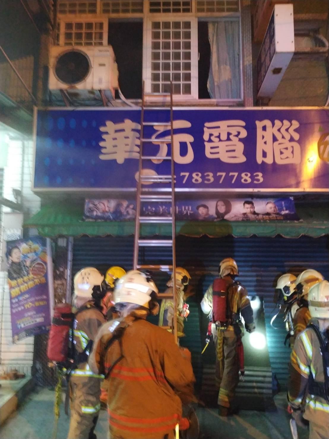 台南市學甲區一家電腦行凌晨發生火警,屋主一家3人受困二樓,被消防人員及時救出。記...