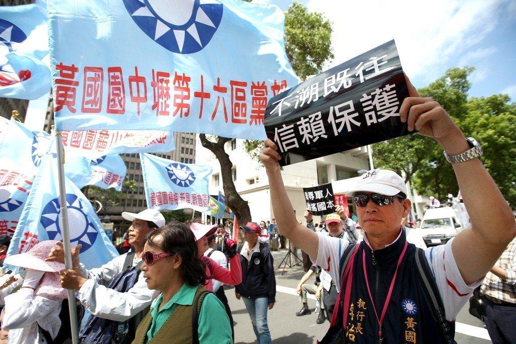 2018年5月,八百壯士聚集立法院外抗議年金改革。 圖/聯合報系資料照