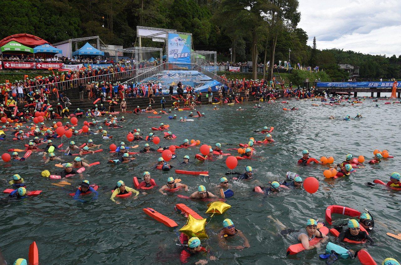 日月潭萬人泳渡活動去年報名人數為21996人,今年則有23428人報名,較去年增...
