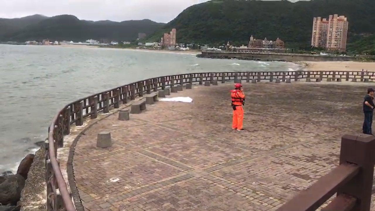 颱風來襲海邊浪大,萬里龜吼近海域男浮屍漂上岸。記者游明煌/翻攝