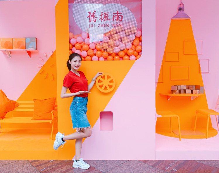 舊振南「真人版扭蛋機」為期3天快閃SOGO台北忠孝館。記者徐力剛/攝影