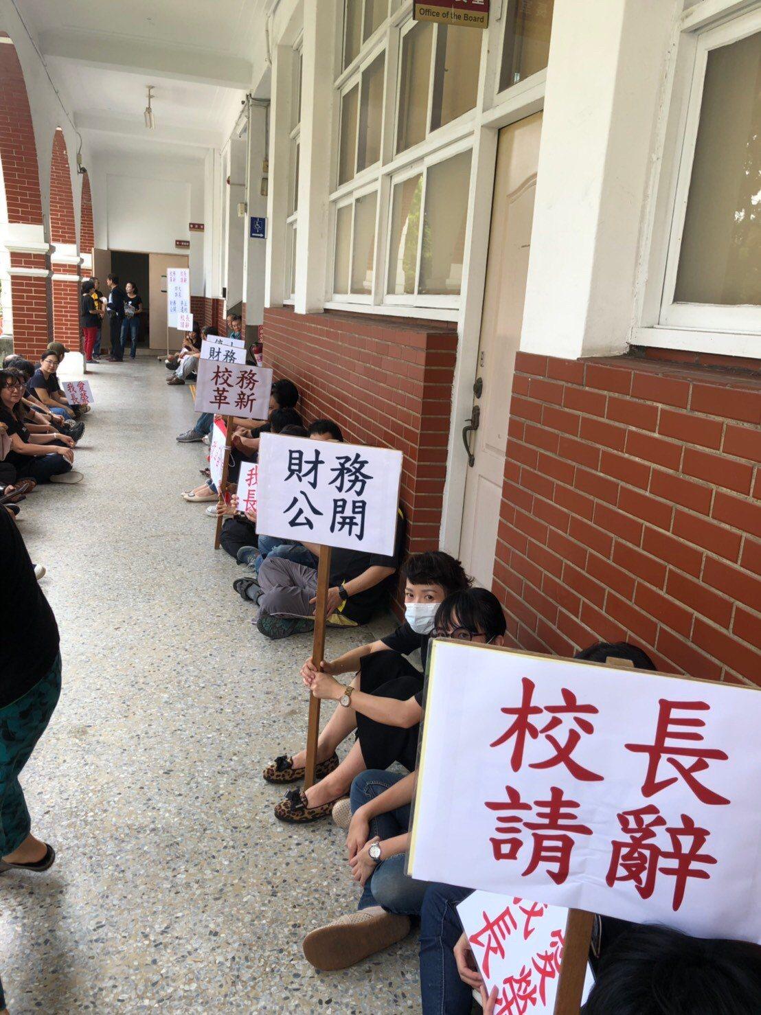 今天臨時董事會在下午召開,長榮中學教師會在會議室外面靜坐舉牌。圖/長榮中學教師會...