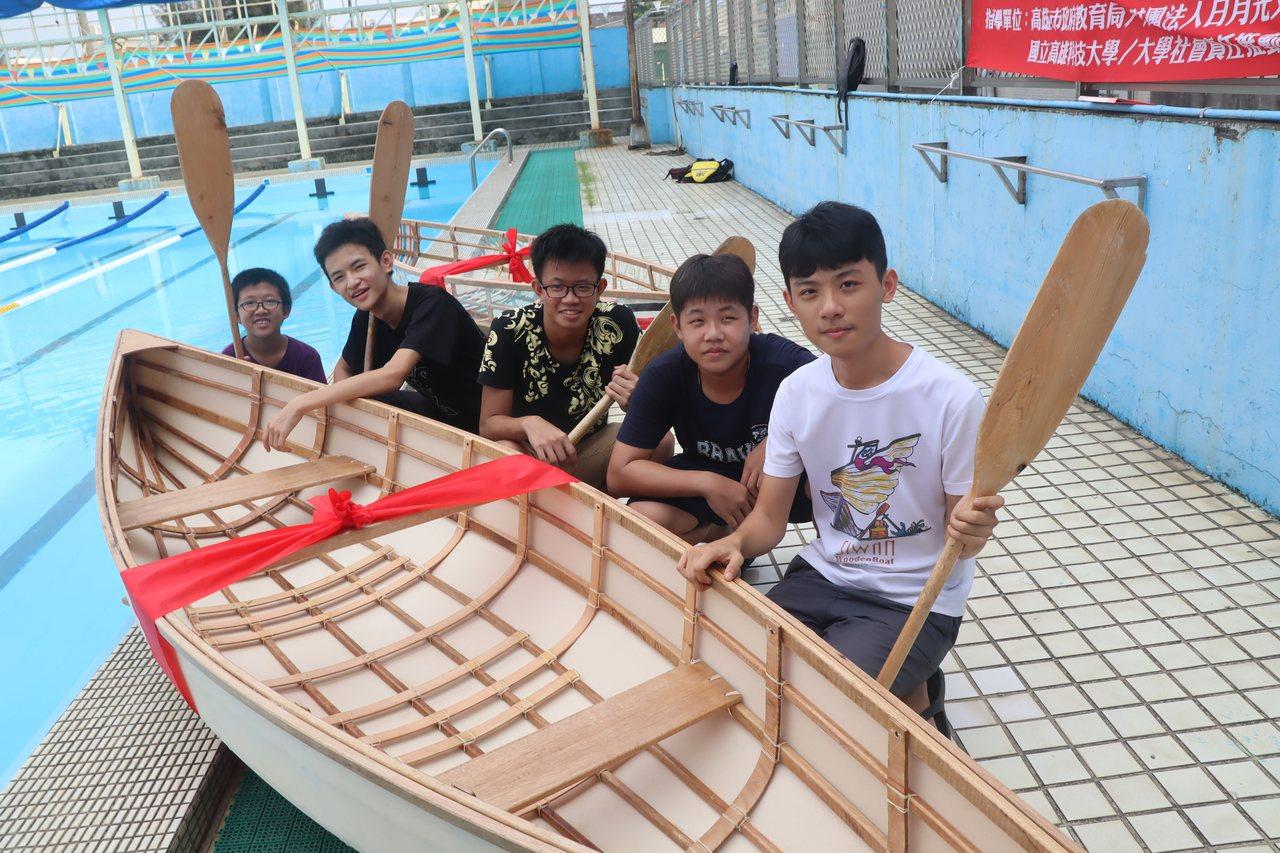 興仁國中「船衍異」營隊師生造了兩艘獨木舟,在前鎮國小游泳池下水首航。記者徐如宜/...