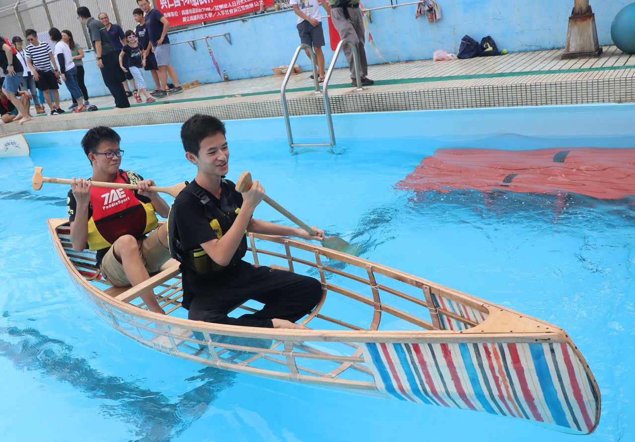 船體為半透明的獨木舟下水,學生們說,這樣邊划還可以邊看水中影像,「超炫的!」記者...