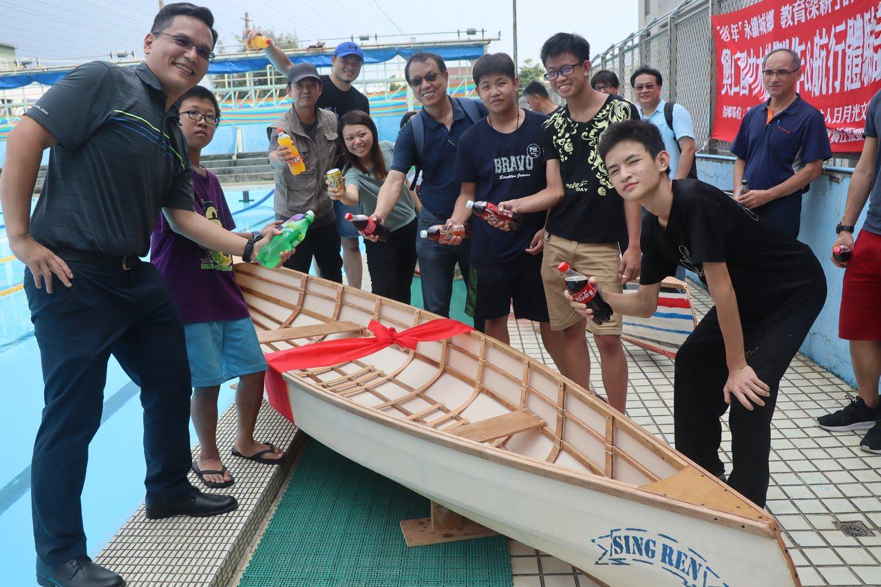 興仁國中「船衍異」營隊師生造了兩艘獨木舟,在前鎮國小游泳池下水。記者徐如宜/攝影