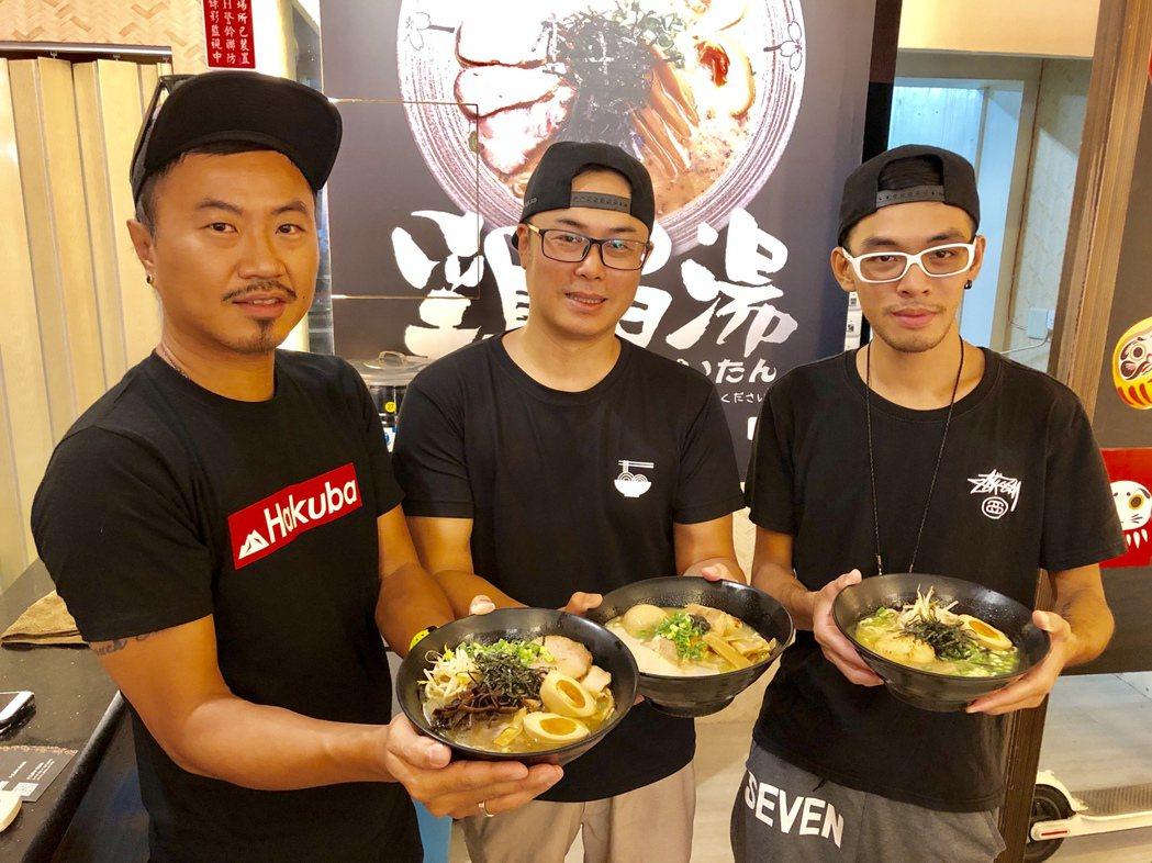 幸花雞白湯拉麵創辦人吳偉庭(左一)説,幸花的食材全部由中央廚房控管,有絕對的品質...