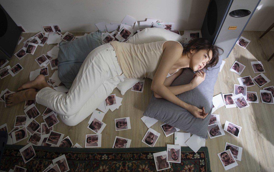 曾沛慈在MV中對上百張情侶合照又跳又撕,莫名受傷掛彩還噴淚。圖/亞神音樂提供