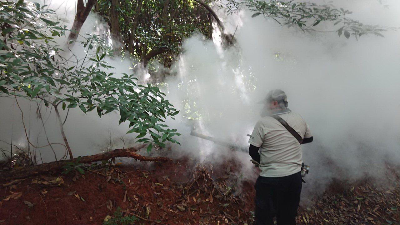 彰化縣環保局到八卦山三清宮附近的民眾健走路線和山林噴藥。照片/環保局提供