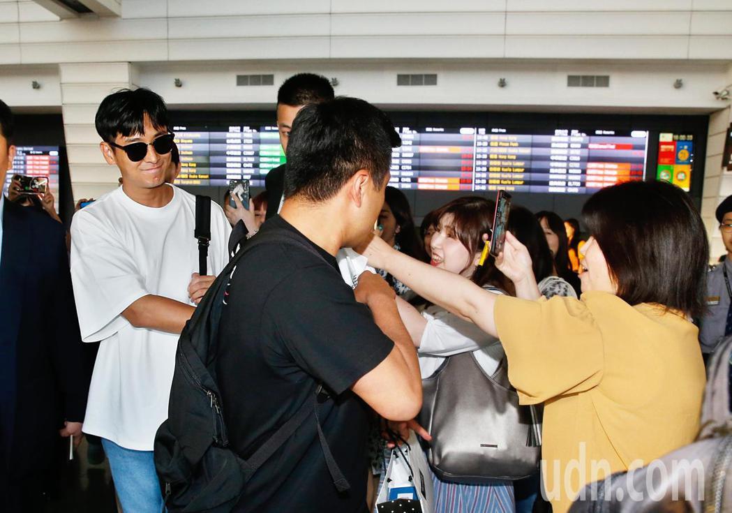 韓星朱智勛傍晚抵台,雖然保鏢阻擋,他還是親切地收下粉絲的禮物。記者鄭超文/攝影